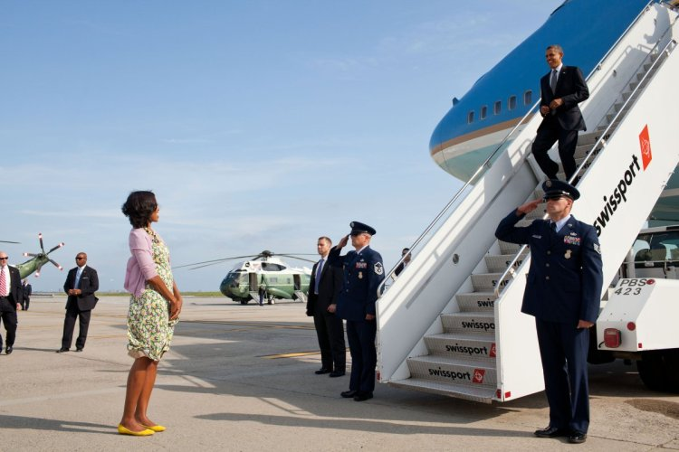 barack-obama-michelle-obama-love-story-romance-photos-18